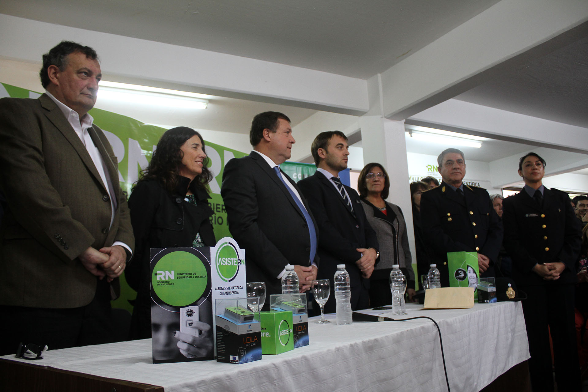 El Gobernador Alberto Weretilneck inauguro la comisaria de la familia en Bariloche y entrego aportes2