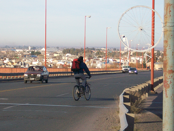bicicleta-en-el-puente-con-gente